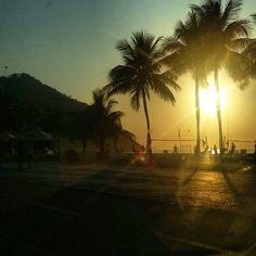 Nascer do sol, no Leme, Rio de Janeiro. (Foto própria)  #nascerdosol #praia #riodejaneiro #beach #sunshine #brasil #brazil