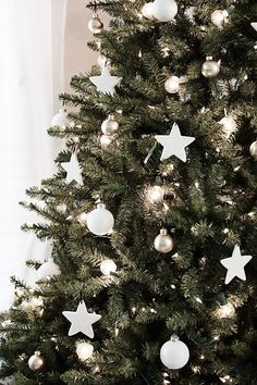 christmas tree decorations DIY clay star ornaments--add silver glitter, or blue/purple paint Elegant Christmas Trees, Silver Christmas Decorations, Minimal Christmas, Christmas Tree Themes, Noel Christmas, Christmas Design, Beautiful Christmas, White Christmas, Simple Christmas