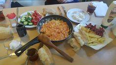 Ev kahvaltisinda #salcali #soganli #yumurta #patateskizartmasi #sosis #zeytinezmesi #kaymak #peynir #domates #salatalik