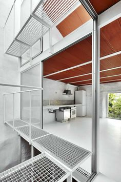 Cocina desde el pasillo, planta primera. Casa Luz. Vivienda Unifamiliar. Por ARQUITECTURA-G. Fotografía © José Hevia.