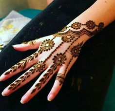 Finding the best simple and easy mehndi designs? I have curated the best top 25 simple mehndi design images. So, If you are looking for a simple mehndi design then you must chec Finger Henna Designs, Mehndi Designs For Fingers, Henna Tattoo Designs, Mehandi Designs, Modern Mehndi Designs, Mehndi Design Pictures, Beautiful Mehndi Design, Mehndi Images, Henna Art