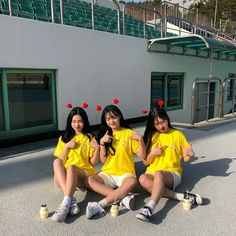 This is what is want to do with my friends. ...its to cute. Mode Ulzzang, Ulzzang Korea, Korean Ulzzang, Korean Couple, Korean Girl, Asian Girl, Best Friend Pictures, Bff Pictures, Ullzang Girls