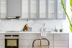 Grått kök med flott Carrarra-marmor och maskiner från Siemens | Ballingslöv