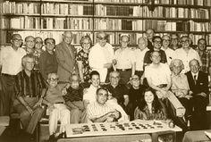 Sabadoyle: Pedro Nava e Carlos Drummond de Andrade (de pé, ao centro) em 1964, na confraria tradicional na casa de Plínio Doyle, no Rio de Janeiro. Veja também: http://semioticas1.blogspot.com.br/2011/11/drummond.html