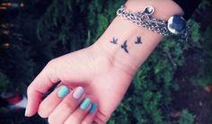 En esta pequeña selección de tatuajes pequeños para la muñeca podemos encontrar diferentes tipos de tatuajes como árboles, pájaros, letras o símbolos.