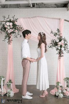 Love Studio: ambiente brillante y natural Wedding Couple Photos, Pre Wedding Photoshoot, Wedding Couples, Korean Wedding Photography, Bridal Photography, Couple Photography, Foto Wedding, Dream Wedding, Wedding Ceremony Ideas