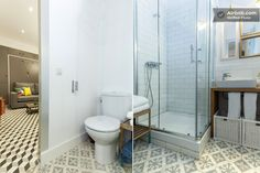 dos diferentes modelos en escala de grises en baño y salón