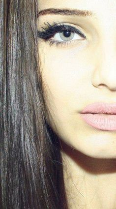 Thick eyeliner + baby pink lips = love