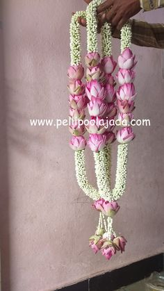 Order Fresh flower poolajada, bridal accessories from our local branches present over SouthIndia, Mumbai, Delhi, Singapore and USA. Flower Garland Wedding, Diy Wedding Flowers, Flower Garlands, Wedding Garlands, Marriage Decoration, Wedding Stage Decorations, Flower Decorations, Wedding Mandap, Wedding Designs