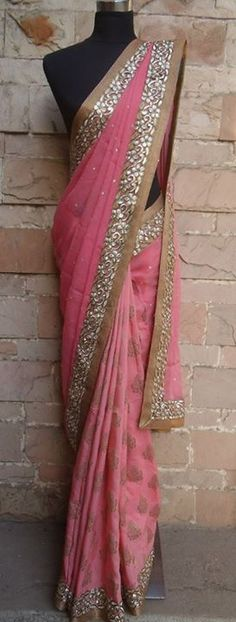 My aunt's friend from India had a sari very similar to this one. Bollywood Stars, Bollywood Fashion, Indian Attire, Indian Ethnic Wear, Ethnic Style, Saris, Indian Dresses, Indian Outfits, Collection Eid