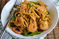 Slimming Eats Ginger and Garlic Shrimp with Noodles - gluten free, dairy free, paleo, Slimming World and Weight Watchers friendly Slimming World Fakeaway, Slimming World Dinners, Slimming Eats, Slimming World Recipes, Lunch Recipes, Cooking Recipes, Healthy Recipes, Healthy Dinners, Healthy Foods