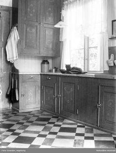 Want assistance as well as tips about kitchen decor? House Inspiration, Lake House Kitchen, Kitchen Flooring, Wooden Cabinets, Vintage Kitchen, Kitchen, Ikea Kitchen Planner, Country House Interior, Swedish Kitchen