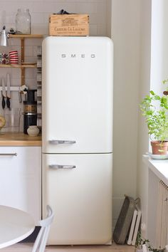 Smeg makes fridges in wild colors but I'm partial to this creamy white. It - Refrigerator - Trending Refrigerator for sales. - Smeg makes fridges in wild colors but I'm partial to this creamy white. It looks like a vanilla popsicle. Kitchen Interior, New Kitchen, Vintage Kitchen, Kitchen Decor, Vintage Fridge, Kitchen Small, Kitchen Colors, Kitchen Ideas, Stylish Kitchen
