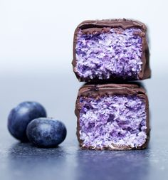 Vegan Blueberry Bounty Bars I'm really enjoying coming up with healthier vegan and gluten-free alternatives to some of my favourite treats and chocolate bars. I've already made my own healthified versions of Twix bars and…
