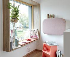 Mit einer Brüstungshöhe von 42 und einer Tiefe von 40 cm werden im SCHÖNER WOHNEN-Haus Fenster zu Entspannungsorten.