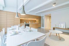 Kampissa sijaitsevan loft-tyylisen kaksion keittiö kattaa koko seinän kauniilla tammiviilukaapistoillaan. Tyylikäs ja helppohoitoinen mikrosementtilattia ja valkoiset kattopalkit tuovat tilaan ripauksen teollista henkeä.