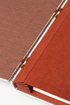 Detail of design binding for La Tête Or, poème by Morina Mongin. Criss cross binding in leather by Benjamin Elbel. Photos © Michèle Garrec pour La Reliure Contemporaine