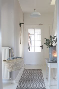 Farmhouse Hallway Design Ideas - Surf farmhouse hallway ideas and style inspirat. Farmhouse Hallway Design Ideas – Surf farmhouse hallway ideas and style inspiration. Entrance Decor, Entryway Decor, Hallway Designs, Hallway Ideas, Flur Design, Brick Paneling, Small Apartment Decorating, Piece A Vivre