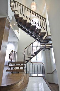 Escalier personnalisé sur structure d'acier. Merisier