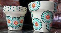 Macetas pintadas a mano. A'cha Pots. Flower Pot Crafts, Clay Pot Crafts, Crafts To Make, Painted Plant Pots, Painted Flower Pots, Painting Plastic, Dot Painting, Clay Vase, Clay Pots