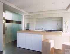 Glazen schuifdeuren gezandstraald glas met inox greep en aluminium rail tussen keuken en leefruimte living