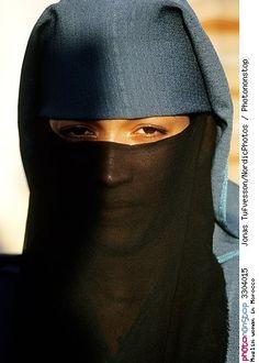 Muslim woman in Morocco -- Adulte Afrique Afrique Du Nord Ages Anatomie Effet De Lumière Extérieur Femme Fermer Gros Plan Islam Jour Loisirs Maghreb Maroc - Voilée - Portrait