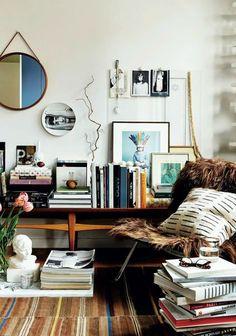 Vocês já devem ter visto aqui no blog dezenas de decorações com este espelho.          Trata-se do modelo do francês Jacques Adnet.       E...