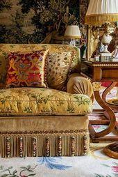 Textilien, die ein bisschen zusammenstoßen - Alidad Ltd Interiors - Sofas Classic Decor, Decoration Baroque, Cocina Shabby Chic, English Country Style, Passementerie, Elegant Homes, Beautiful Interiors, Chinoiserie, Living Room Decor