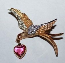 RARE VINTAGE KRAMER SIGNED GEMSTONE LOVE BIRD DANGLE HEART GOLD TONE PIN BROOCH