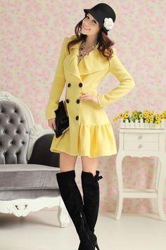 Amarillo, atractivo color para este abrigo plisado.