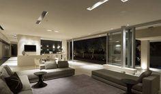 First Crescent es una casa moderna minimalista con una vista en tres de sus fachadas hacia la Bahía de Camps y el Océano Atlántico. El concepto de construcción fue incorporar el mayor número de espacios transparentes como fuese posible, para aprovechar las vistas lo máximo posible. #casas #modernas #minimalistas #transparencia #vuelos #salones #modernos