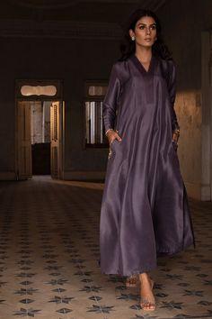 Pakistani Party Wear Dresses, Simple Pakistani Dresses, Indian Dresses, Dress Neck Designs, Designs For Dresses, Maternity Style, Maternity Fashion, Designer Wear, Designer Dresses