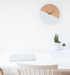 10 DIY-Ideen fürs Homeoffice im Skandi-Stil   SoLebIch.de Wanduhr aus Kork Foto: Itsprettynice #solebich #wohnen #wohnideen #deko #dekoration #Wanduhr #kork #diy #schreibtisch #arbeitsplatz #arbeitszimmer #inspiration #interior #interiordecor