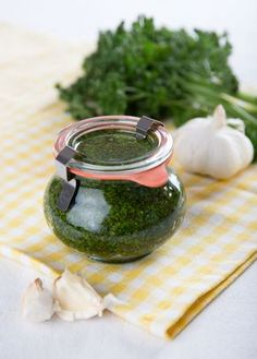DIY Parsley Pesto // Petrzelove Pesto vydrží dlouho a je opravdu skvělé Gluten Free Recipes, Vegetarian Recipes, Cooking Recipes, Parsley Pesto, Pesto Dip, Czech Recipes, Good Food, Yummy Food, Chutney