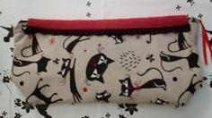 Clutch em tecido estopa de algodão, esta é a parte da trás com uma aplicação em renda preta. Que lindos gatinhos ♥