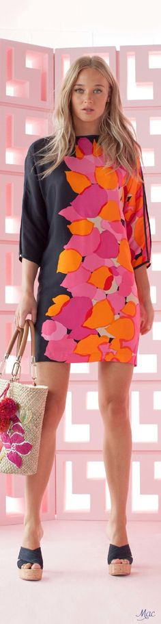 Trina Turk Resort 2017 | I love all on this dress: the colors, the abstract floral print, the mini lenght, the line, the 3/4 splitted sleeves,... But who paired this beautiful 60's inspired dress with so horrible, totaly not matching sandals (and bag)?