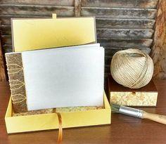 Há tempos planejando esse projeto, e aí chegam papéis novos e com eles a inspiração! #cigarbox #caixas #handmadebooks  #tortoisestitch #japanesestabbinding #tortoisestitch #encadernação #reliure