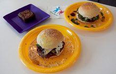 Mostramos recentemente aqui no blog uma receita de hambúrguer caseiro que os pais podem fazer em casa com os filhos, e o legal é que o hambúrguer não precisa ir para a frigideira, já que dá para assar no forno! Quem mandou essa dica para a gente foi a escola de gastronomia Minichefs, da capital…