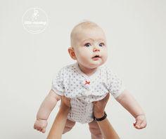 Baby Isabel (6 Monate) fand es ganz gut, sich bei dem Fotoshooting in Berlin alles von oben ansehen zu dürfen.
