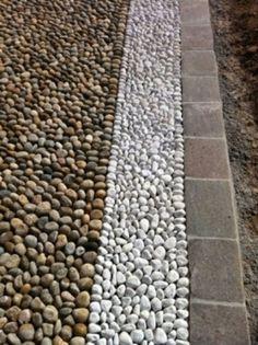 Comment décorer une allée de jardin avec des galets | Design et Déco