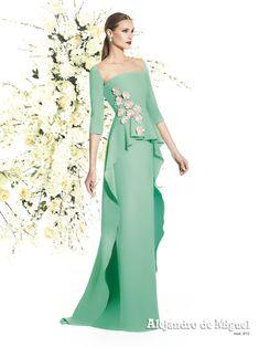 Alejandro de Miguel | Vestido Largo – mod. 810 Dressy Dresses, Elegant Dresses, Couture Dresses, Fashion Dresses, Dinner Gowns, Lace Dress Styles, Stunning Wedding Dresses, Curvy Dress, Feather Dress