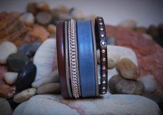 Manchette Denim Chic cuir doublé, clouté, chainettes : Bracelet par rouxie