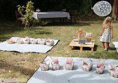 décoration pour un anniversaire enfant sur le thème du pique-nique Picnic Blanket, Outdoor Blanket, Ideas Party, Iris, Bbq, Daughters, Children, Partying Hard, Barbecue