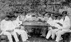 Bible Class in English, Malolos in Bulacan, 1922 An American missionary at center, in a white shirtwaist with dark tie, is surrounded by young women in the traditional Maria Claras with butterfly wing sleeves and men in white suits and barong tagalogs. Barong, Class Pictures, White Suits, Pinoy, Young Women, Over The Years, Philippines, The Past, Bible
