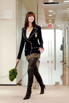 """Anne Hathaway) i'Andy Sachs' in """"The Devil Wear Prada"""" — Post fashion-closet makeover, she transforms her style from drab to high-fashion w/ looks we all wanted to copy. the Chanel boots? Prada Outfits, Chic Outfits, Fashion Outfits, Fashion Trends, Fashion Ideas, Fashion Design, Fashion Moda, High Fashion, Winter Fashion"""