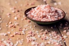 Did you know that there are many other kinds of salt -- different and much healthier than regular table salt? Have you ever heard of Himalayan crystallized salt? This natural and healthy salt comes directly from the Himalayan Mountains and it is packed. Himalayan Salt Crystals, Himalayan Pink Salt, Wellness Mama, Health And Wellness, Health Tips, Salt Alternatives, Himalayan Salt Benefits, Ginger Juice, Ginger Detox