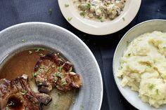 Saftige svinekoteletter med en herlig potetstappe og kantarell- og sjampinjongsaus!