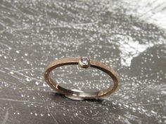 * verlovingsring | oogst-sieraden Verlovingsring * Roodgouden fijne ring met bol en diamant * Maatwerk *
