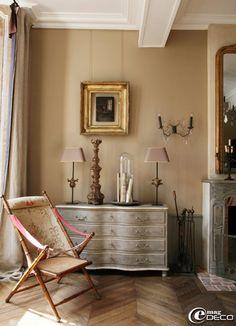 Dans le salon de la maison d'hôtes 'Hôtel de Suhard', pantalonnière galbée 'Les Comptoirs du Sud', chaise Napoléon III chinée chez Stéphanie Mayeux, antiquaire à Mortagne-au-Perche et applique 'Vox Populi'
