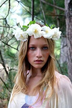 Flowers in her hair Floral Headdress, Beltane, Face Art, Art Faces, Rose Cottage, Real Flowers, Gypsy Style, White Roses, Hair Pieces